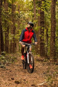Велосипедист в джунглях. спортсмен в джунглях. альтернативные виды спорта и концепция на открытом воздухе.