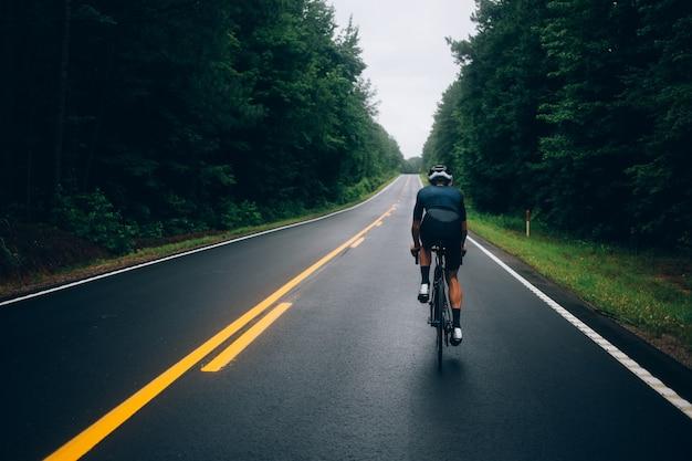 Велосипедист человек, едущий на велосипеде по дороге