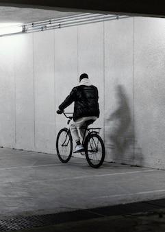Велосипедист человек едет сзади выстрел