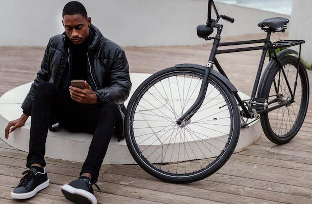 自転車で時間を過ごすサイクリストの男