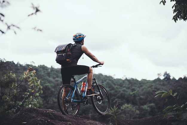 화창한 날에 자전거 타는 사람 자전거 모험 여행 사진