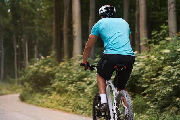 Велосипедист на прогулке по лесу