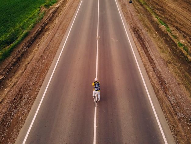 Велосипедист на дороге. активный образ жизни