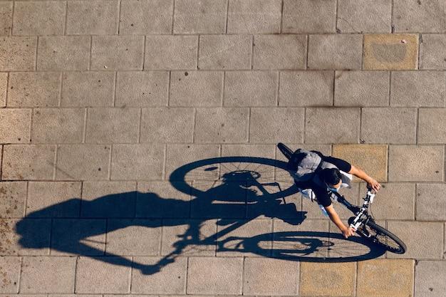 スペインのビルバオ市の路上でサイクリスト