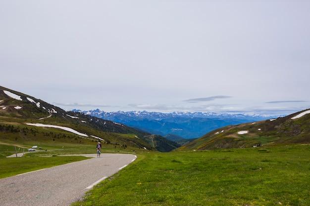 フランス、ピレネー山脈、ケリギュの道路の頂上にいるサイクリスト。