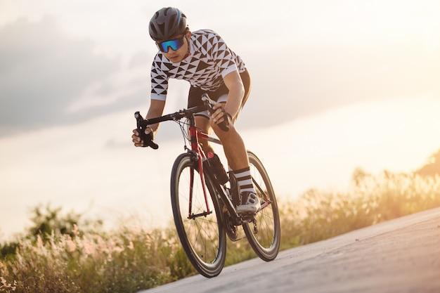 屋外のレーシングバイクで自転車に乗るサイクリスト