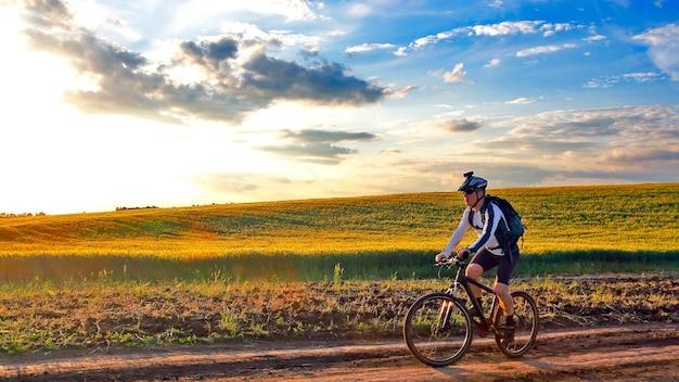 자전거 타는 사람은 해질녘 트랙에서 자전거를 탄다