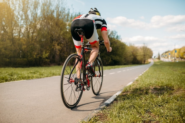 自転車に乗るサイクリスト、側面図