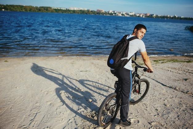 Велосипедист езда на велосипеде на пляже