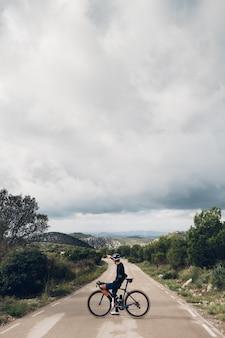 산악 도로에서 일몰에 자전거를 타는 사이클