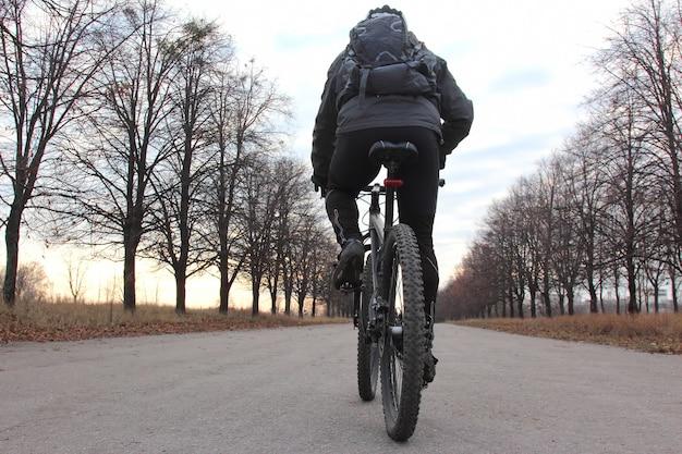 포장 된 도로를 타고 사이클 프리미엄 사진