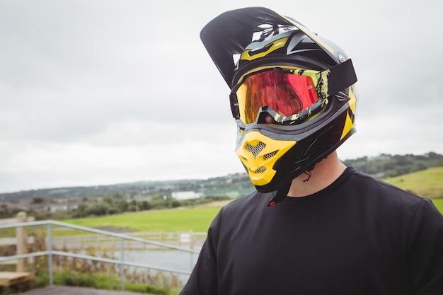 Ciclista che indossa un casco