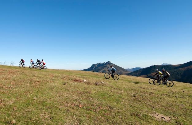 Велосипедисты на горе