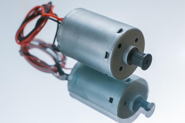 흰색 바탕에 원통형 전기 모터