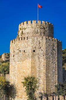 이스탄불, 터키의 보스포러스 해협의 유럽 은행에 rumelian 성의 원통형 타워