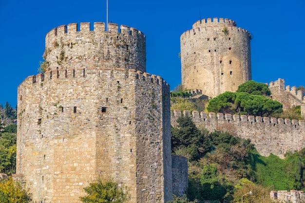터키 이스탄불 보스포러스 해협의 유럽 은행에 rumelian 성의 원통형 타워