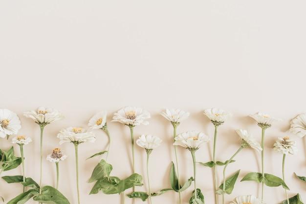 ベージュの背景に皮肉の花柄。フラットレイ、上面図。