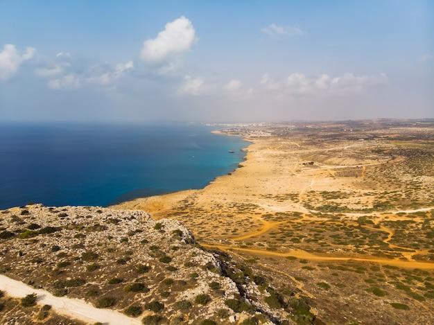 Красивое побережье кипра, средиземное море бирюзового цвета. кипр, айя-напа. сельская местность за городом