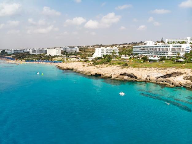 キプロスの美しい海岸線、ターコイズ色の地中海。地中海沿岸の住宅。ビーチのある観光地。海、キプロス、アギアナパでの夏休み。
