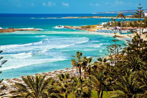 Красивое побережье кипра, средиземное море бирюзового цвета
