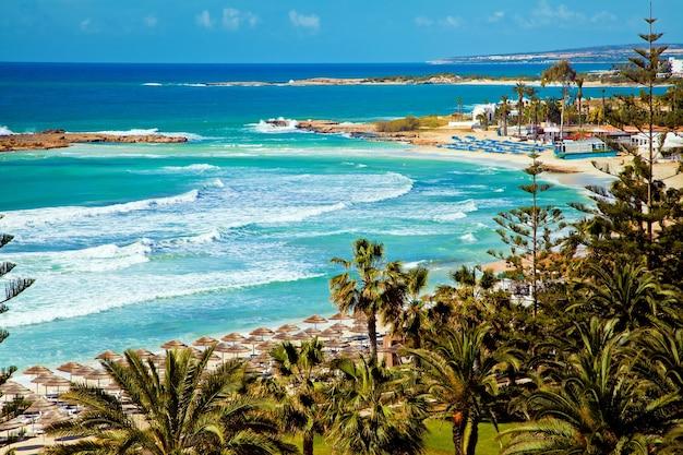 キプロスの美しい海岸線、ターコイズ色の地中海