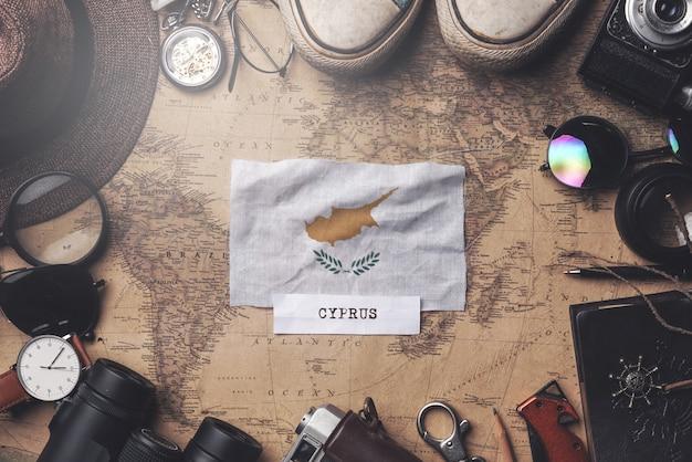 古いビンテージ地図上の旅行者のアクセサリー間のキプロスの国旗。オーバーヘッドショット