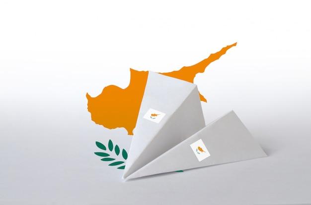 紙折り紙飛行機に描かれたキプロスの国旗。手作りの芸術のコンセプト