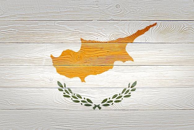 古い木の板の背景に描かれたキプロスの国旗