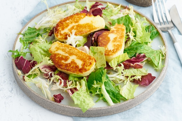 Жареный на гриле халуми с полезным салатом. lchf, pegan, fodmap, палео, scd, кето, кетогенная диета