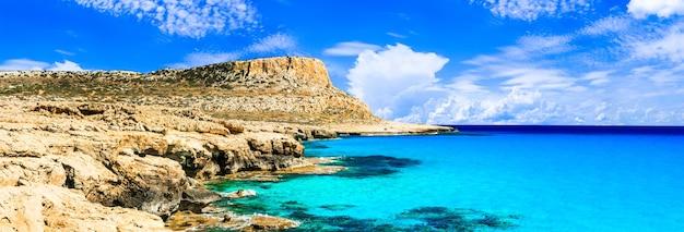 키프로스 섬-케이프 그레코 자연 공원의 블루 라군의 놀라운 수정 바닷물