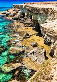 Остров кипр, скальные образования и пещеры в природном парке мыса греко