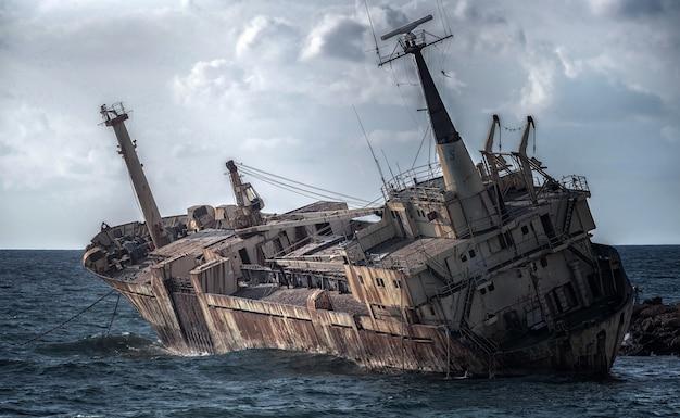 キプロス、パフォス。難破船。船は沿岸の岩に墜落した。地中海の海岸でさびた船。キプロスの観光スポット。