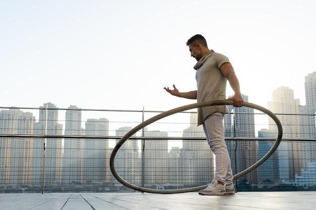 Художник cyr wheel с городской поверхностью дубая во время заката