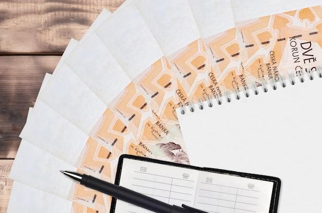 체코 코룬 지폐 팬과 메모장, 연락처 북과 검은 색 펜