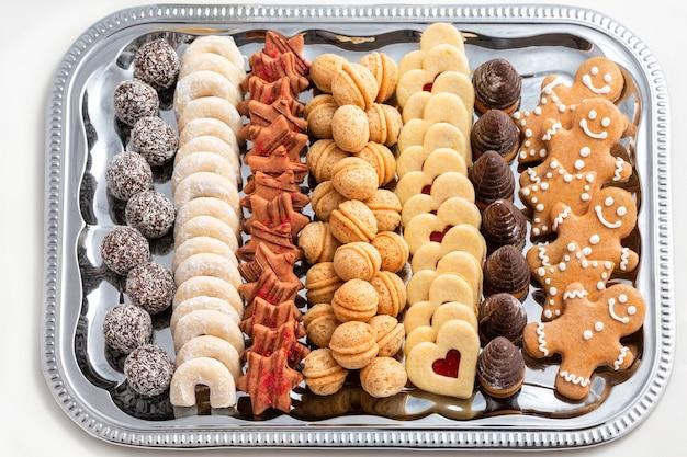 トレイにチェコの伝統的な自家製クリスマスクッキー
