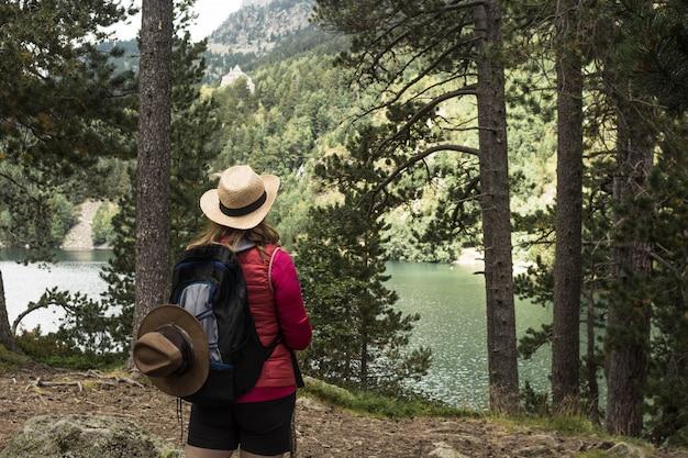 スペインのピレネー山脈の国立公園d'aiguestortesでハイキングの女性
