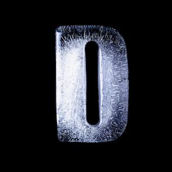 D замороженная вода в форме алфавита на черном фоне
