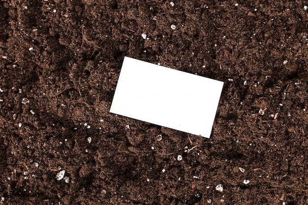 Пустой белый d с пространством для текста или изображения на поверхности текстуры почвы,