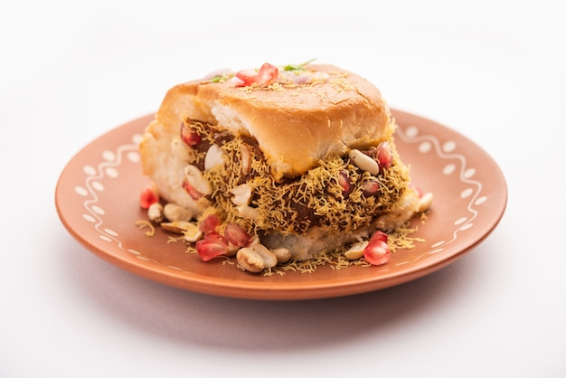 Дабели, кутчи дабели или двойной роти - популярная закуска в индии, происходящая из регионов кач или каччх в гуджарате.