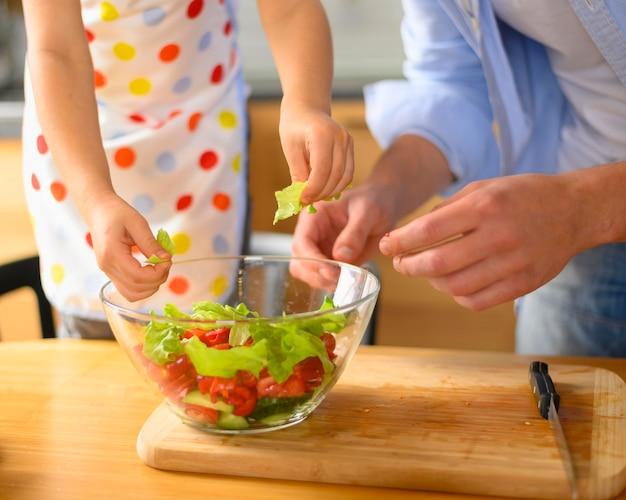 お父さんと子供がサラダを食べる
