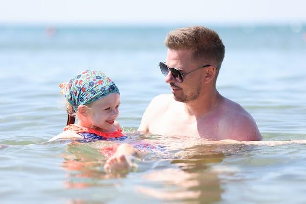 Папа и дочь отдыхают на море