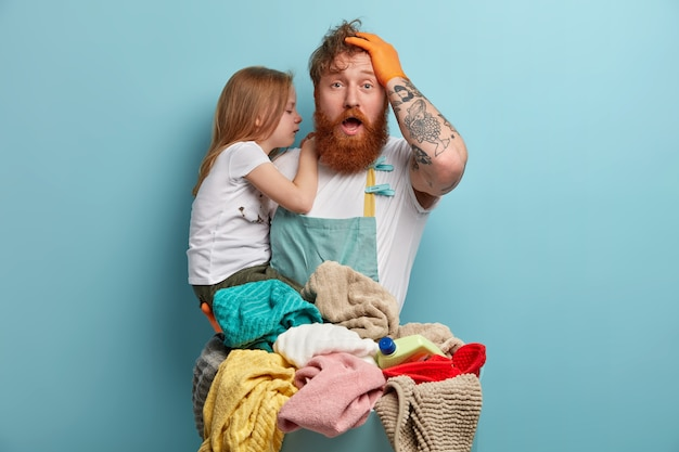お父さんと娘は洗濯のために洗濯物を準備します