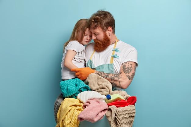 아빠와 딸이 세탁을 위해 세탁을 준비