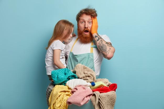 Папа и дочь готовят белье к стирке