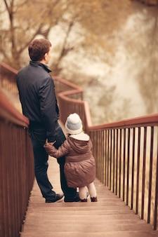 아빠와 딸이 자연의 호수에서 함께 시간을 보냅니다.