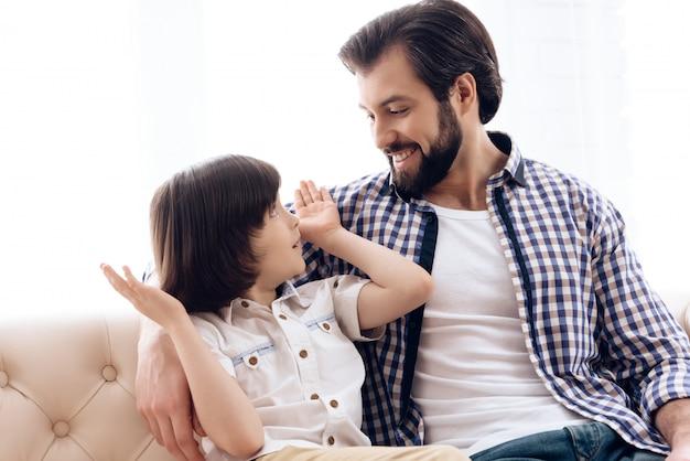 집에서 아빠와 아들이 함께 즐거운 시간을 보내십시오.