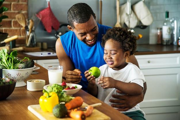 お父さんと息子が一緒に料理 Premium写真