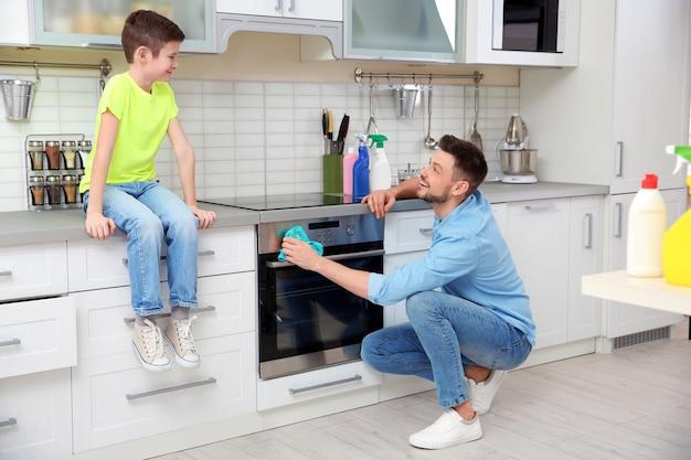 아빠와 아들 집에서 청소를 하 고