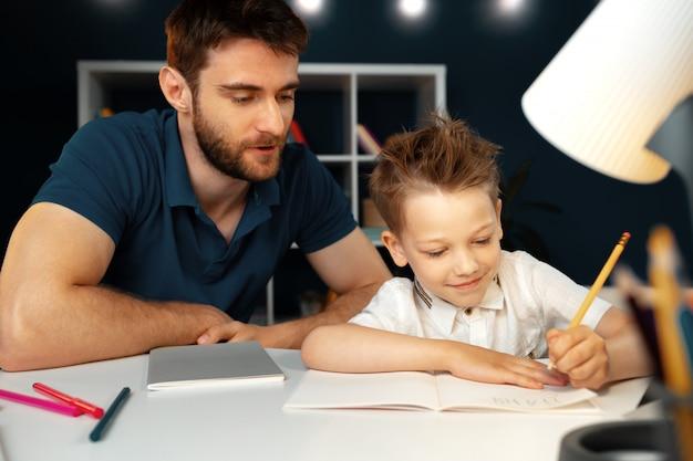 Папа и сын вместе делают домашнее задание