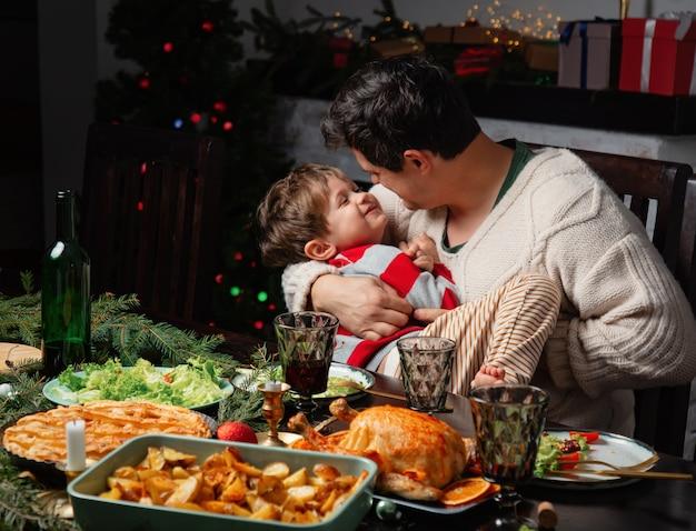아빠와 아들 크리스마스 저녁 식사 테이블에서 재미